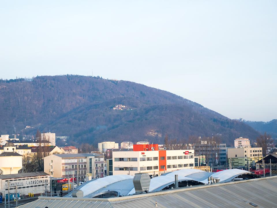 ホテルから見た北西側の風景。札幌の藻岩山そっくり!