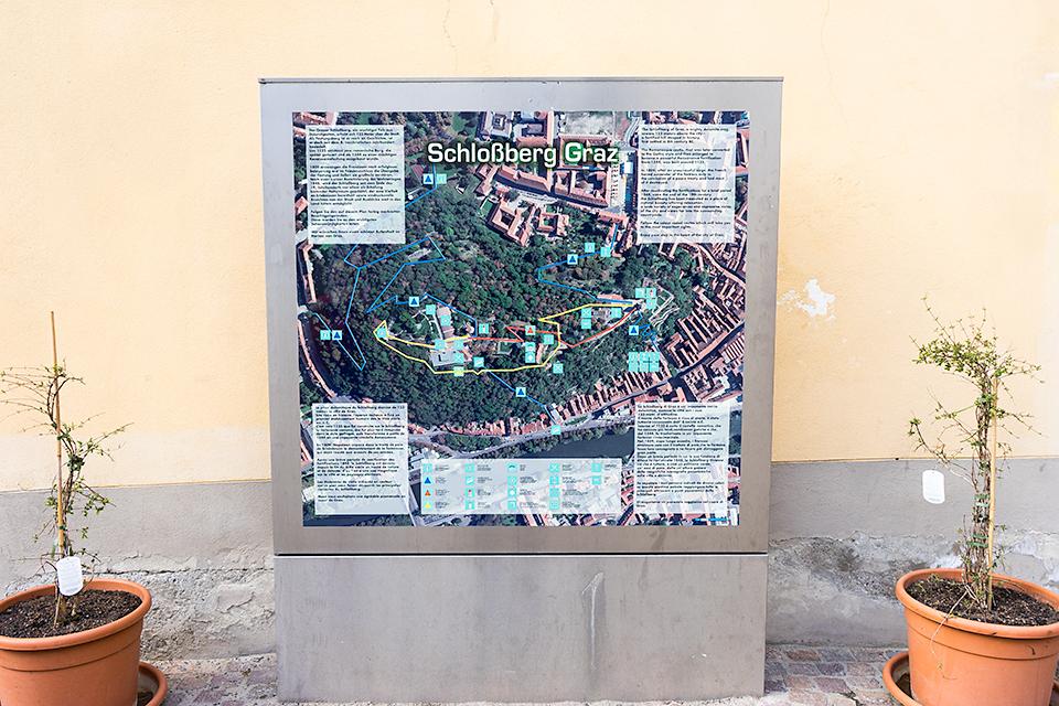 シュロスベルクの案内掲示板。