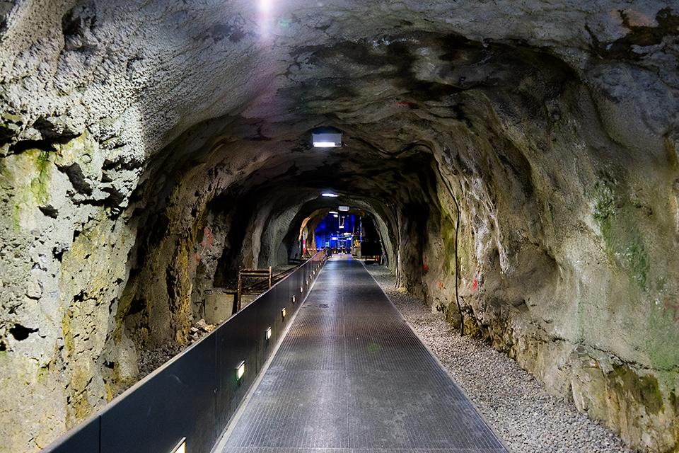 洞窟の奥のリフト乗り場。