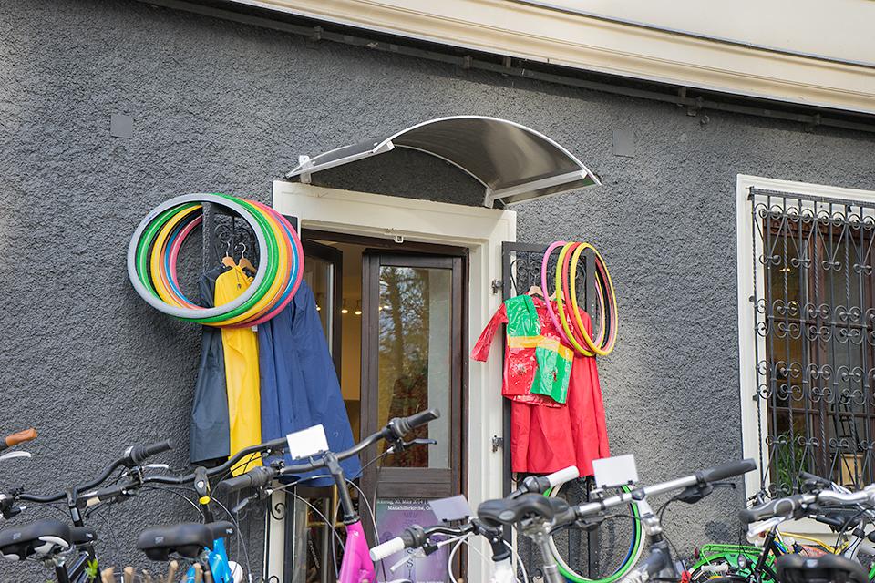 自転車やさん。タイヤやウェアがとてもカラフル!