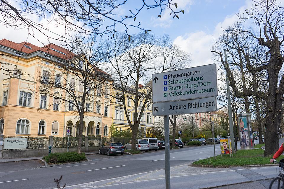 標識。唯一「Grazer Burg/Dom」だけ読み取れたので、こっちの方向へ。