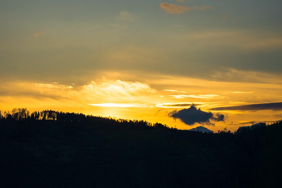 山の向こうに日が沈みます。