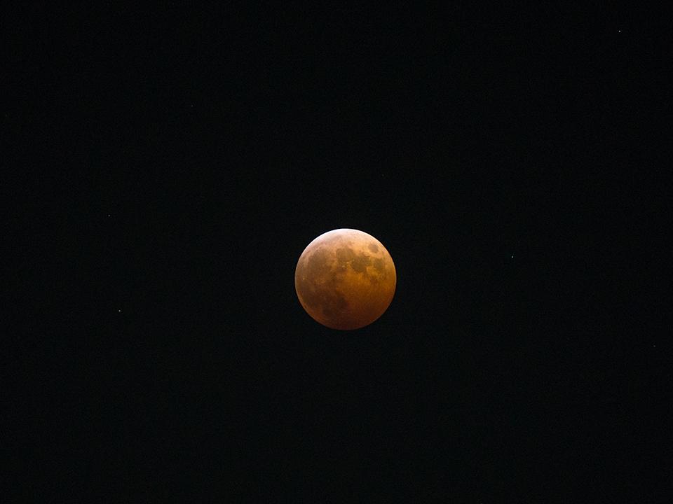皆既月食の赤い月。