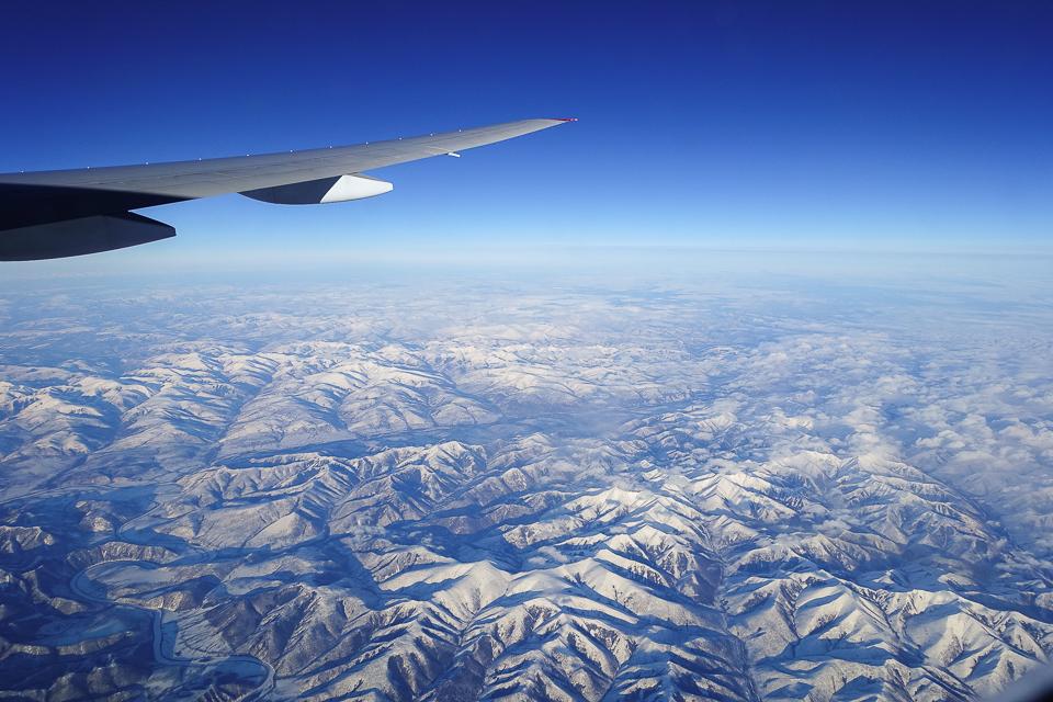 シベリア上空。日本上空やヨーロッパ上空から見たのとは全く異なる点。道が無いこと。