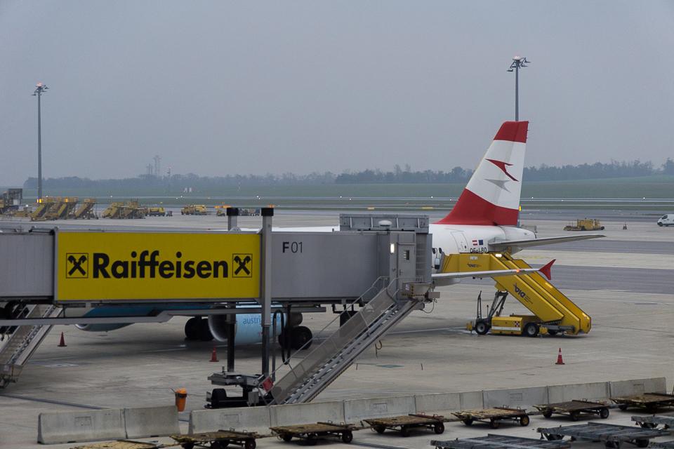 ウィーン空港。日没の時刻が近い。