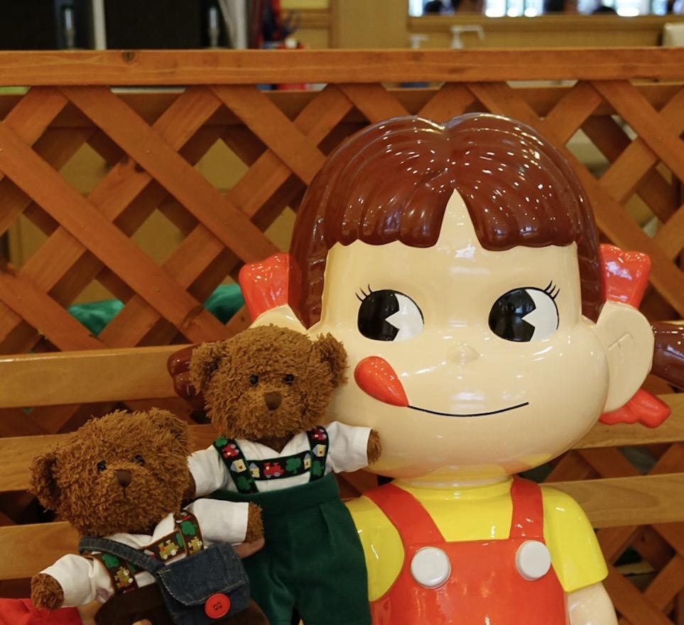 成田第1ターミナルのペコちゃんにあいさつ。