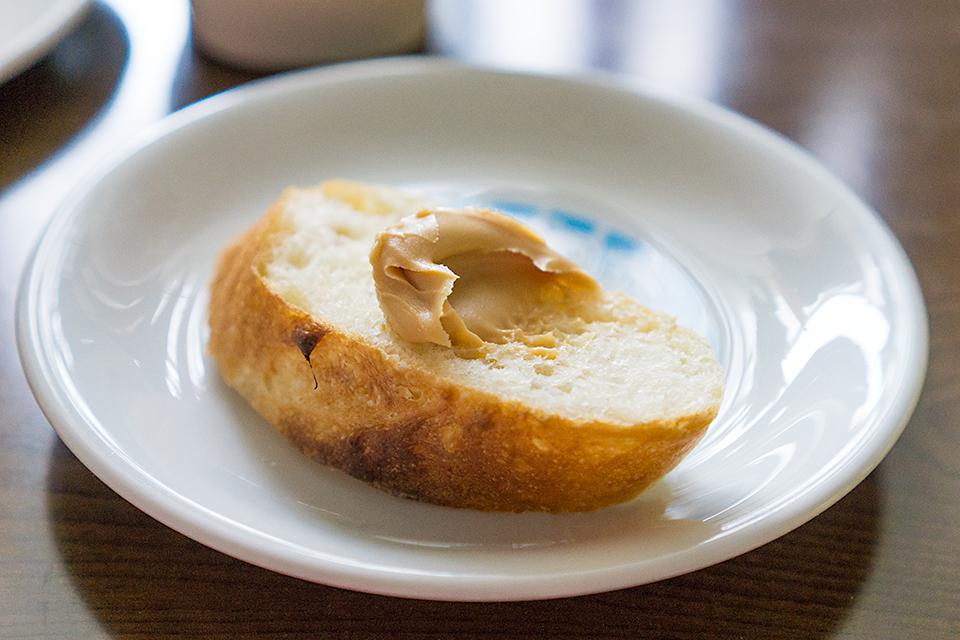 富澤商店の福袋に入っていたピーナツクリームを塗ってみたらこれがまたよく合う!