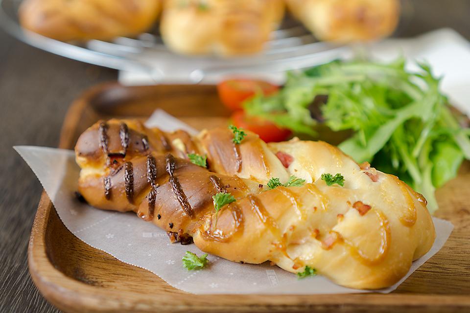 低温発酵のエメンタールチーズとベーコンのツイストロール