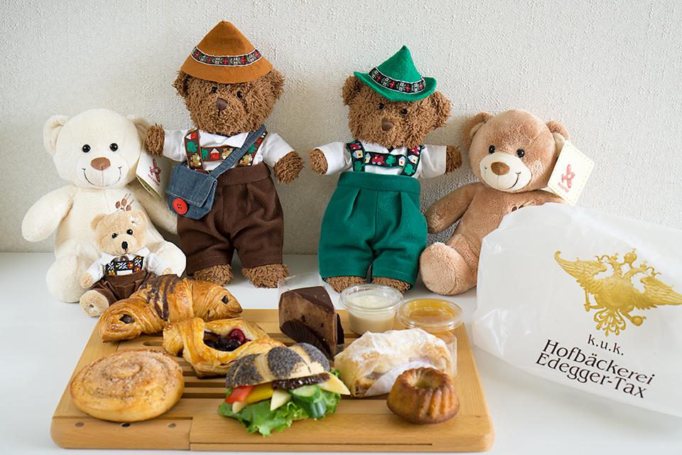 今回購入したパンとお菓子と、オーストリアの仲間たち?