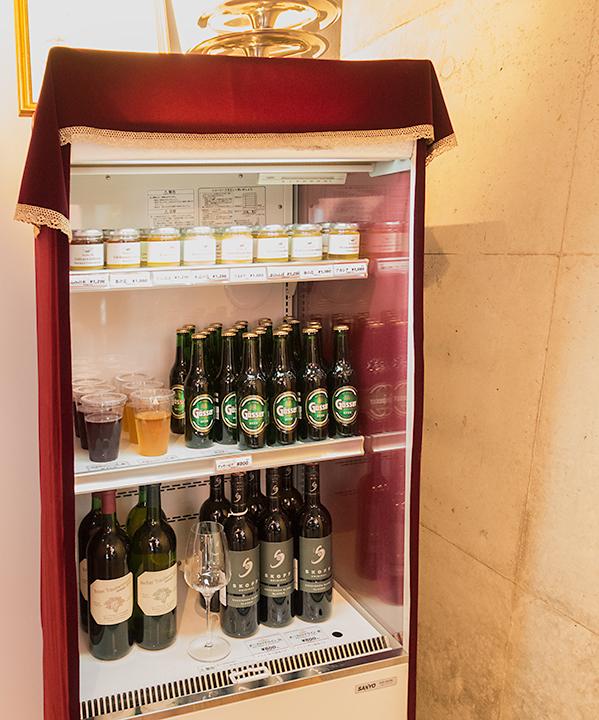 上段ははちみつ。中段にはブドウジュースとビール。下段はワイン。