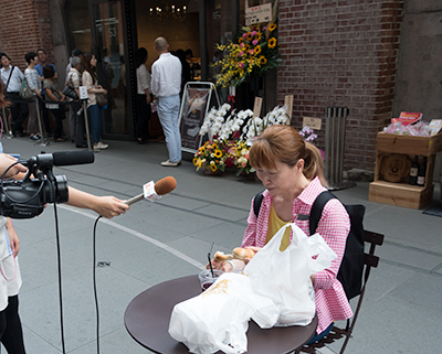 スッキリ!!のインタビュー。カイザーもぐもぐ食べてます。