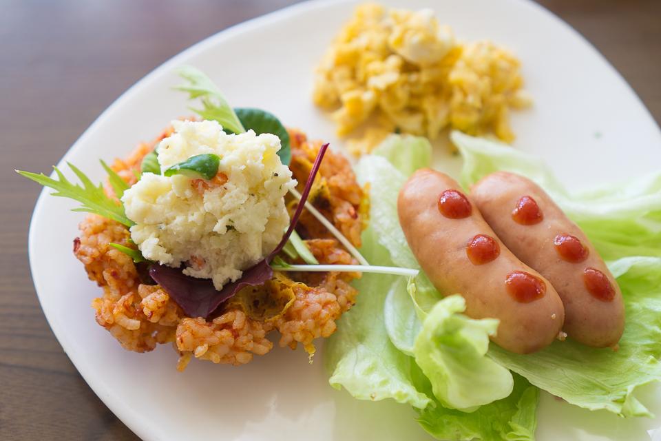 ワッフルボウルメーカーでつくったライスボウルに自家製の葉っぱとポテトサラダをのせました。